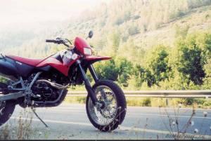 בתמונה: הק.ט.מ 640 סופרמוטו בכביש נס הרים צובה. טיול הרצה לקטום (האדום!) הראשון שלי. אי שם ב-2003.