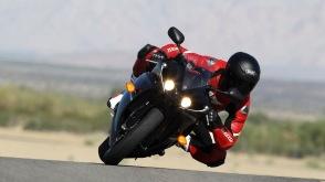 Black-yamaha-r1-red-suit-rider-kruvi